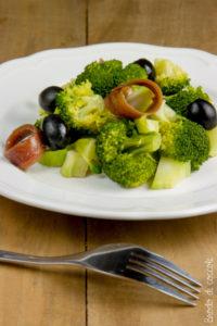 Insalata di broccoli, acciughe e olive nere