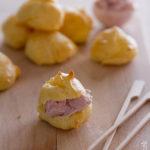 Gougères (bignè al formaggio) con mousse di prosciutto cotto