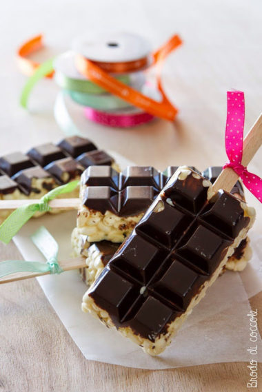 Riso soffiato al cioccolato sullo stecco