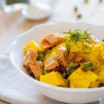 Insalata di mango, salmone e pistacchi