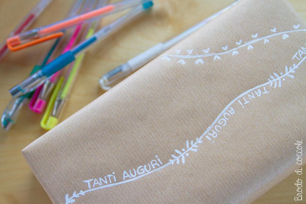 Decorare i pacchetti con le penne a gel