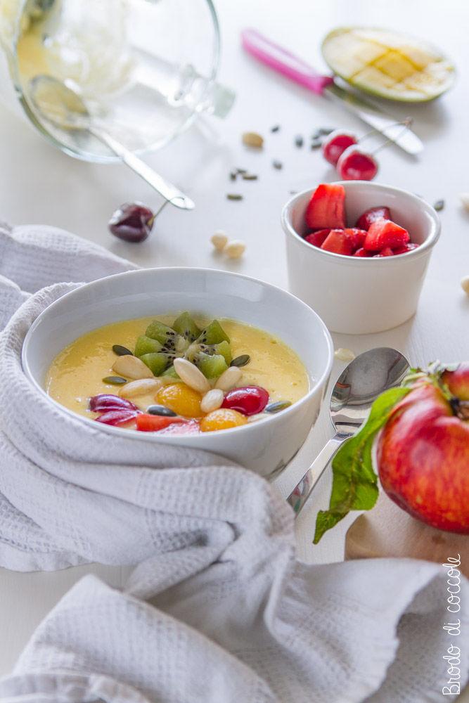 Smoothie bowl di pesca e mango