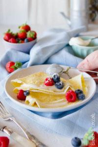 Crêpes con yogurt e frutti di bosco