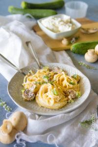 Pasta con funghi, zucchine e ricotta