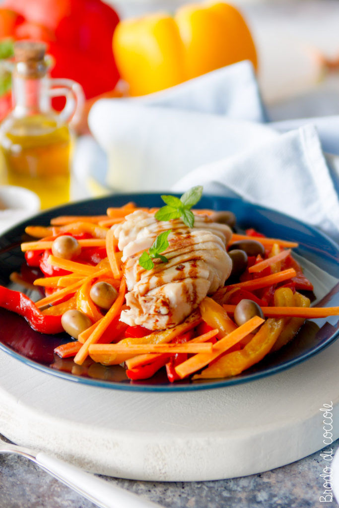 Insalata di pollo con peperoni e olive
