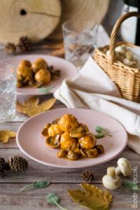 Polpette di pollo con salsa ai funghi