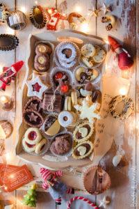 Vassoio di biscotti fatti in casa (un impasto per 100 biscotti)