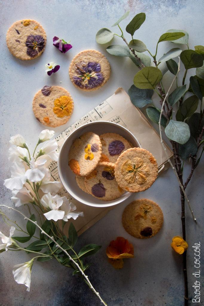 Biscotti alle nocciole con i fiori eduli