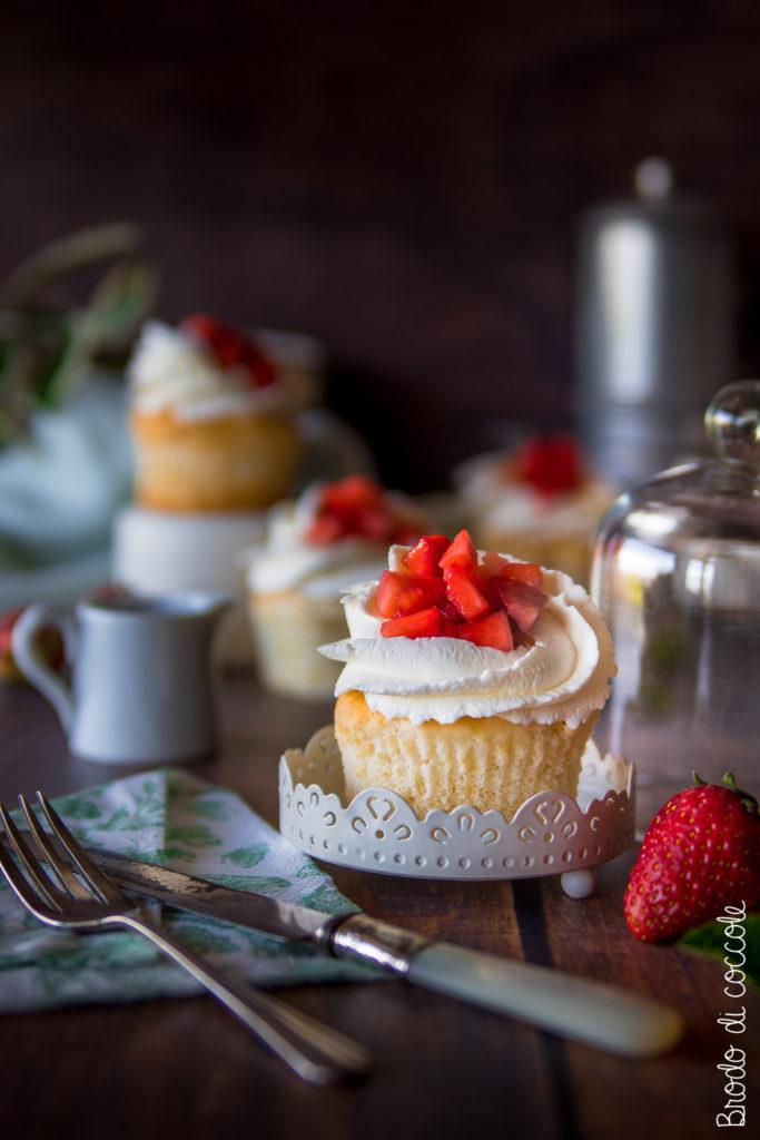Angel cupcake con panna e fragole
