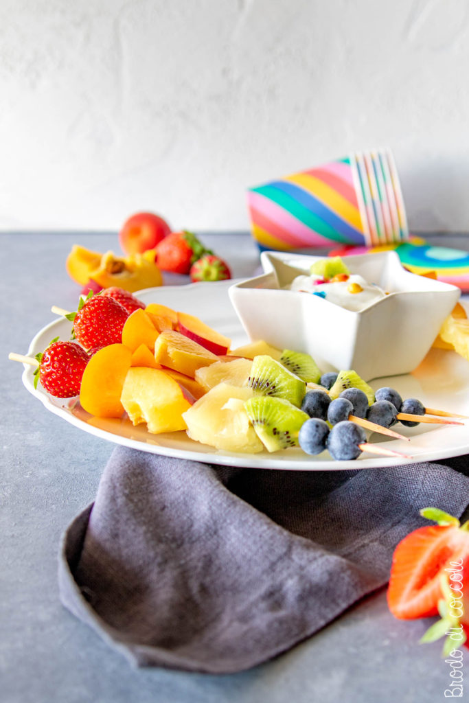 Spiedini di frutta arcobaleno