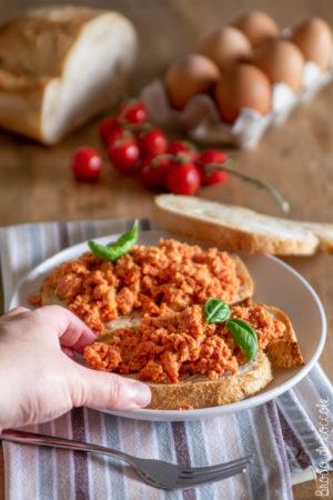 Bruschette con uova al pomodoro