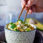 Insalata di riso con surimi, avocado e sesamo