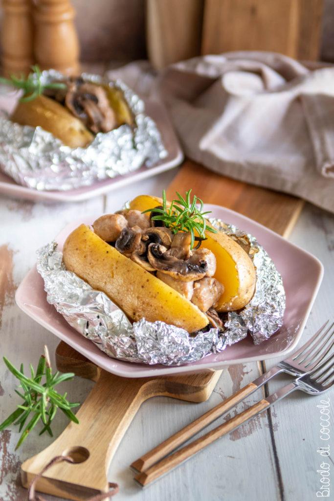 Patate al cartoccio con salsiccia e funghi