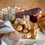 Grissini intrecciati al formaggio ed erbe aromatiche