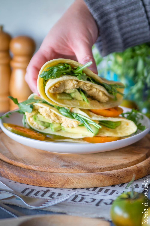 Piadina con hummus, avocado, pomodori e rucola