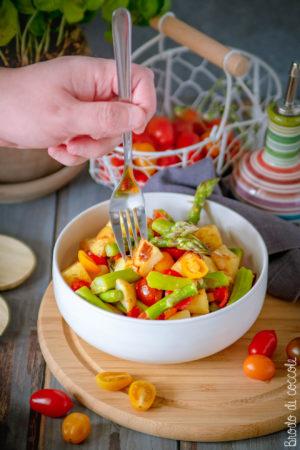 Insalata di patate croccanti con asparagi e pomodorini
