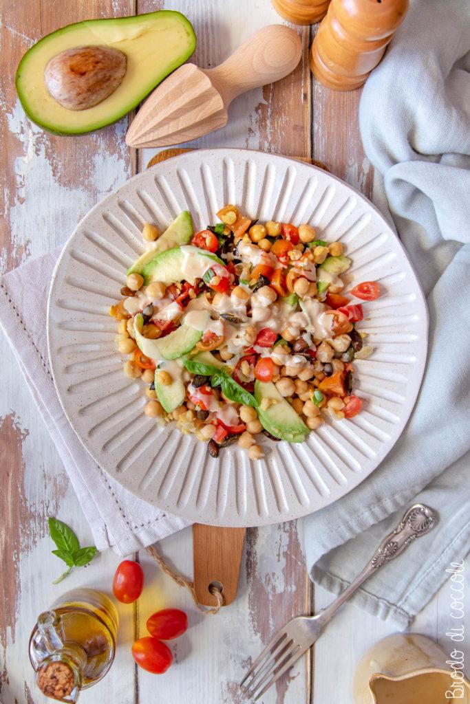 Insalata di ceci con avocado e pomodorini