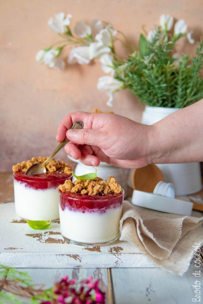 Dessert allo yogurt con confettura di susine e crumble agli amaretti