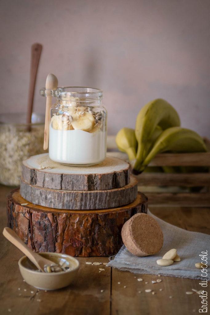 Skyr bowl in barattolo con banana e fiocchi di farro